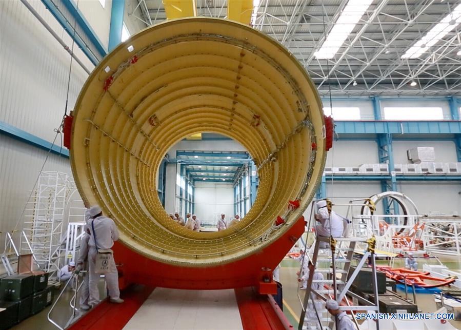 El cohete Gran Marcha-5, el mayor cohete portador de China y cuyo lanzamiento está programado para este año, partió hoy viernes del puerto septentrional chino de Tianjin hacia el centro de lanzamiento de satélites de Wenchang, en la provincia sureña de Hainan.
