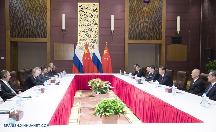 El presidente de China, Xi Jinping, se reunió el viernes con su homólogo de Rusia, Vladimir Putin, en la ciudad vietnamita de Da Nang, para discutir el mayor fortalecimiento de las relaciones y cooperación bilaterales en asuntos regionales e internacionales.