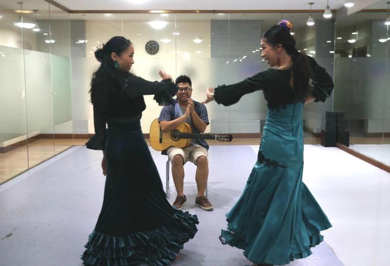 Pasión Por Flamenco De Dos Bailadoras Chinas Atrae A Fanáticos A Un Sótano De Shanghai Spanish Xinhuanet Com