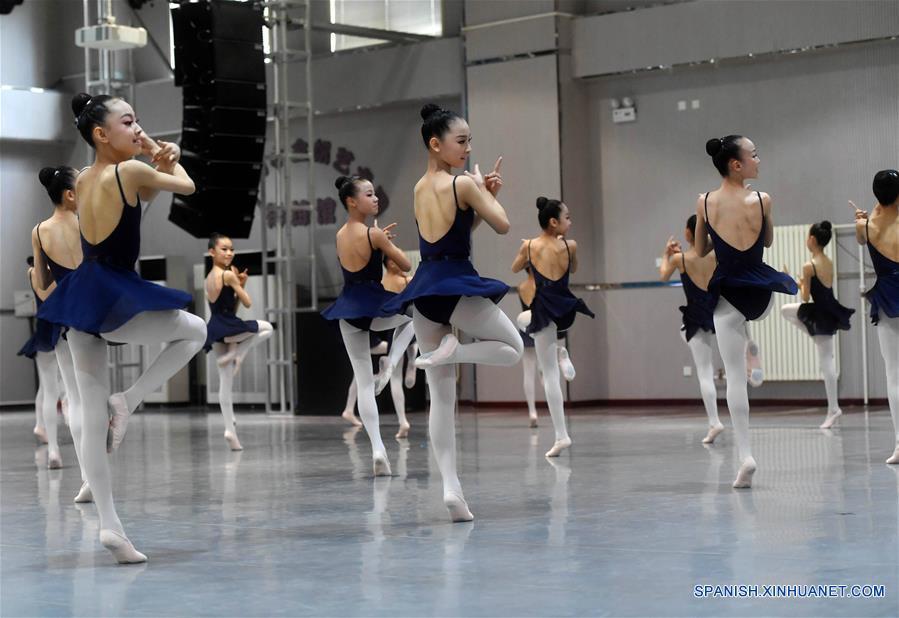 (1)CHINA-BEIJING-BALLET-CIERVO DE NUEVE COLORES