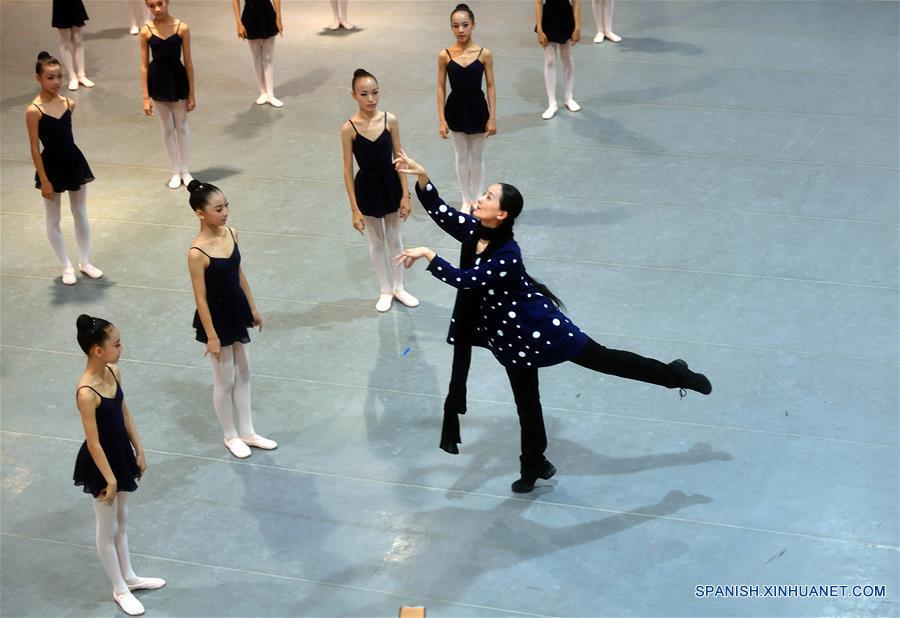 (2)CHINA-BEIJING-BALLET-CIERVO DE NUEVE COLORES