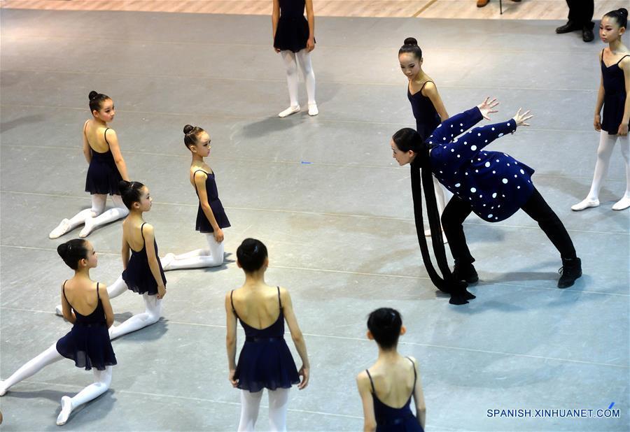 (3)CHINA-BEIJING-BALLET-CIERVO DE NUEVE COLORES