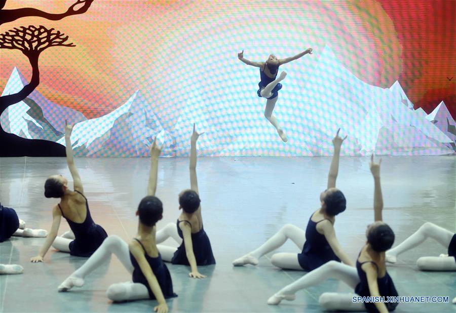 (4)CHINA-BEIJING-BALLET-CIERVO DE NUEVE COLORES
