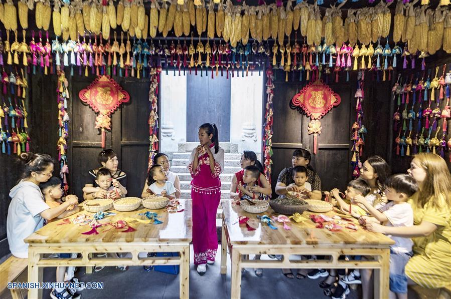 CHINA-HUBEI-FESTIVAL DE BOTES DE DRAGON