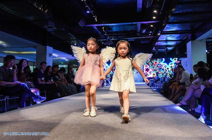 Zhejiang Niños Modelos Presentan Prendas De Vestir En