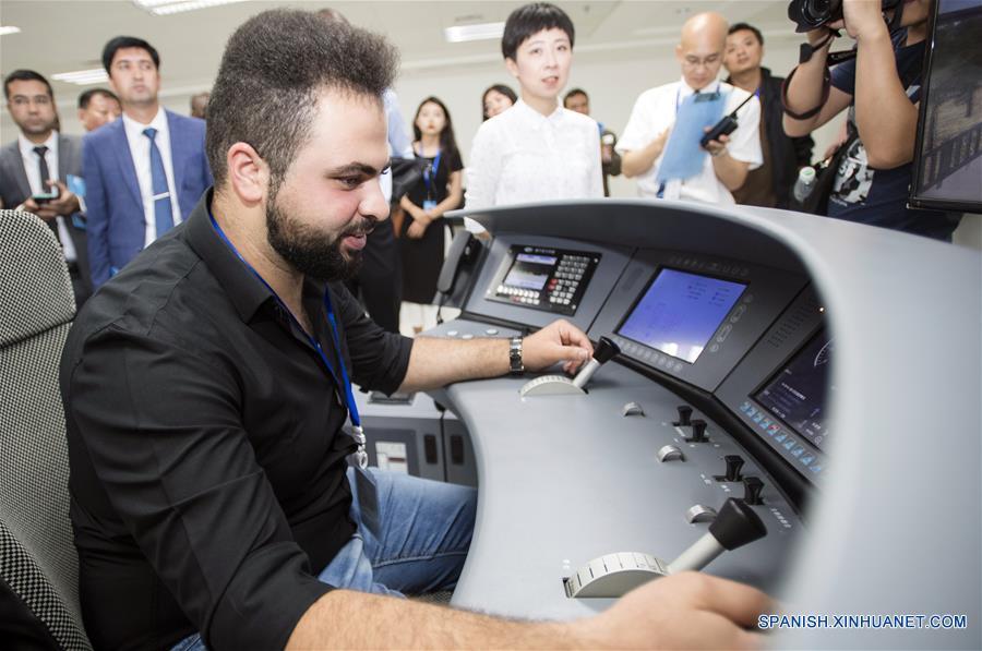 CHINA-HUBEI-FERROCARRIL-ENTRENAMIENTO-VISITANTES EXTRANJEROS