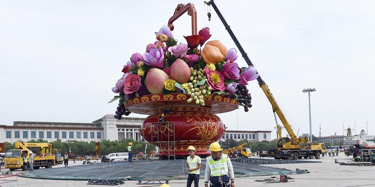 Elaboran una gran terraza de flores en la Plaza Tian'anmen