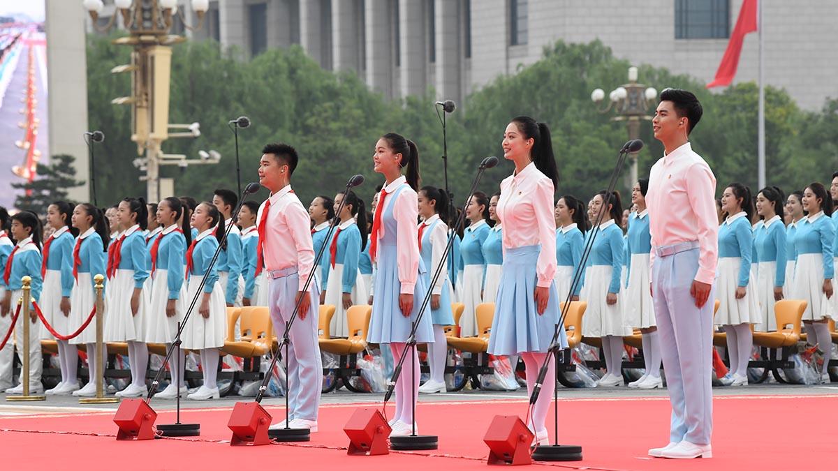 Miembros de Liga de la Juventud Comunista y Cuerpo de Jóvenes Pioneros de China saludan a PCCh