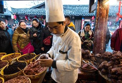 Sichuan: Comida de Ciudad Langzhong atrae muchos turistas en vacaciones de Fiesta de Primavera