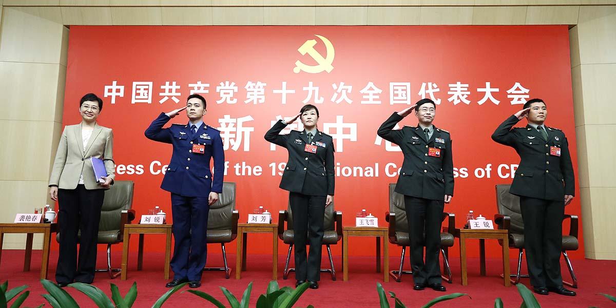 """Entrevista grupal sobre """"pasos firmes en el camino con peculiaridades chinas en el fortalecimiento del Ejército"""""""