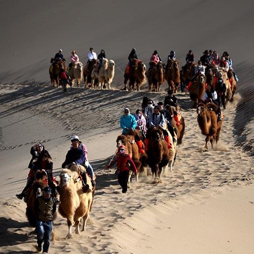 Gansu: Turistas visitan Montaña Mingsha y zona escénica de Media Luna en Dunhuang