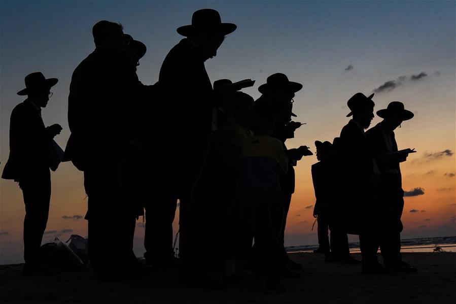 Judíos ultraortodoxos participan en el ritual Tashlij en Tel Aviv