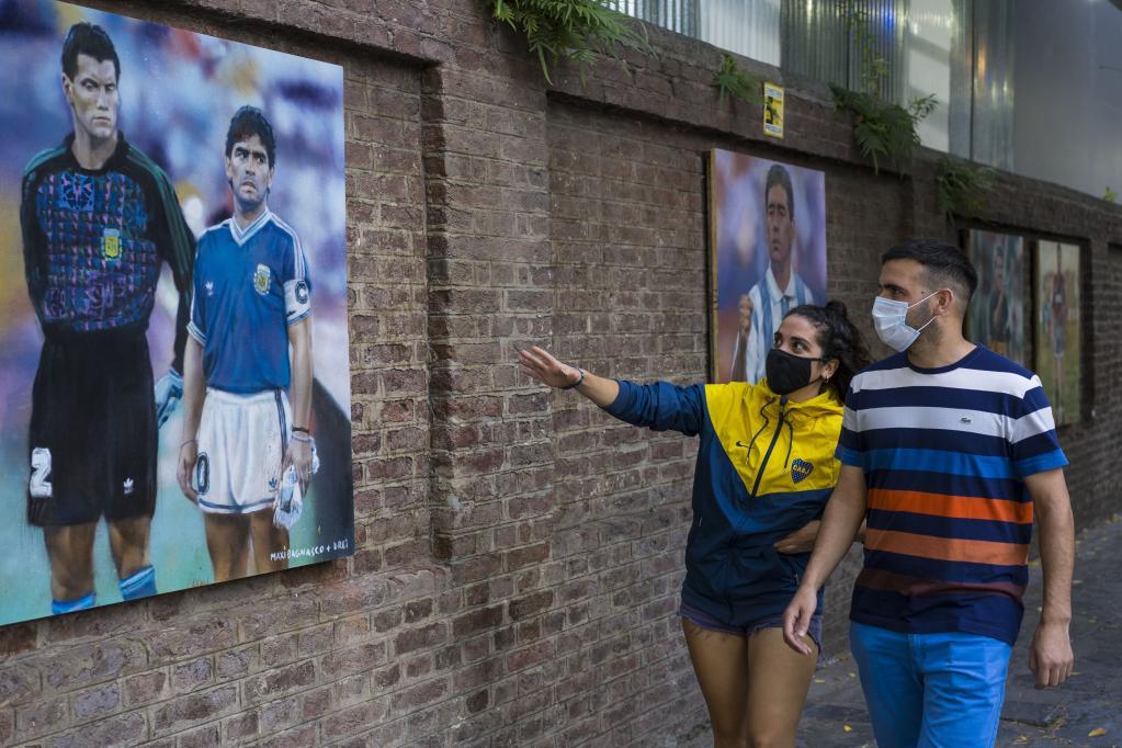 Se subastan 19 murales de Diego Maradona hechos por muralista argentino