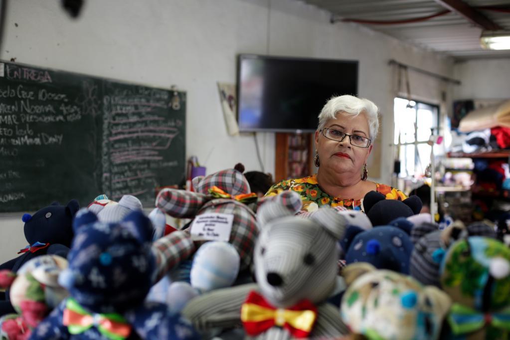 ESPECIAL: Osos de peluche con ropa de fallecidos por COVID-19 consuelan a familiares en México