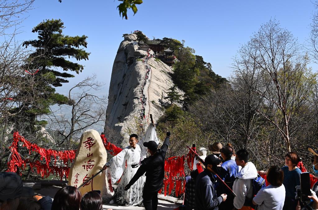 Turistas visitan punto escénico de monte Huashan, Shaanxi